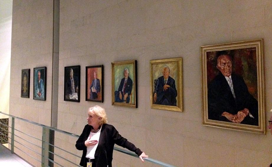 Kanzlergalerie im Bundeskanzleramt: Reihe von 7 Portraits aller Alt-Kanzler